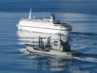 El petrolero Marqués de la Ensenada, de la armada Española, escoltando al crucero Melody. Foto - Ministerio de Defensa