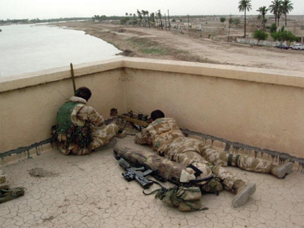 Equipo de francotiradores británico desde el tejado de la CIMIC house