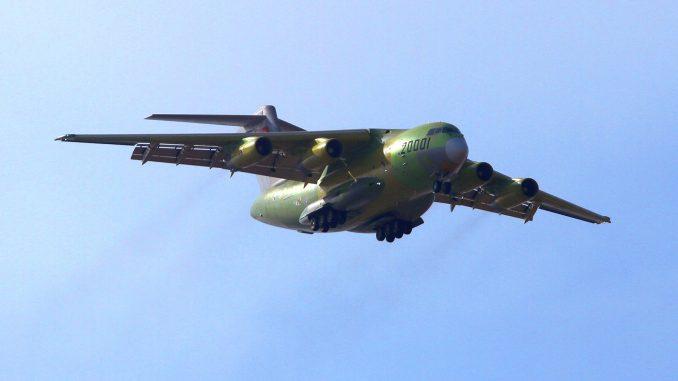El prototipo incial del Xian Y-20, denominado 20001 durante su primer vuelo en enero de 2013. Poco después el aparato recibiría una pintura gris oscura, y algunos meses más tarde el numeral cambiaría al 781.