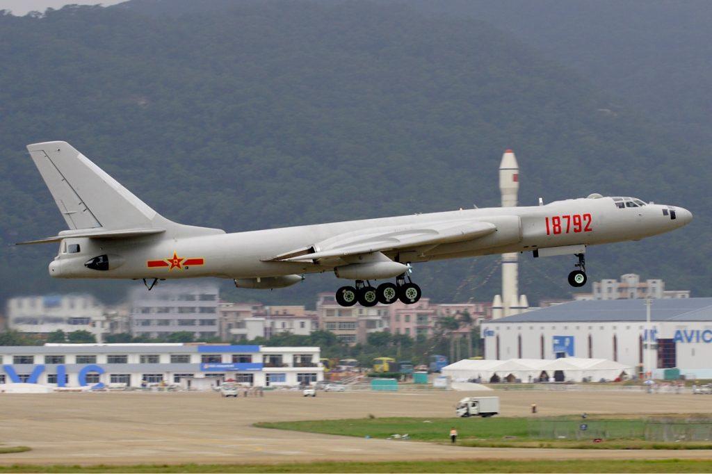 Despegue de un viejo guerrero H-6U. En un futuro se espera desarrollar una variante cisterna del Y-20 que permita sustituir a los H-6U y H-6DU de la PLAAF y la PLANAF.