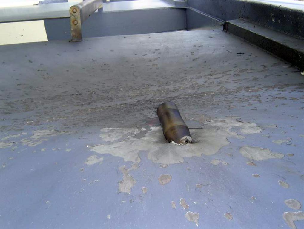Imagen de la cuberta del Seabourn Spirit en la que se aprecia el impacto de la granada lanzada con un RPG por los piratas. Foto - Wikipedia
