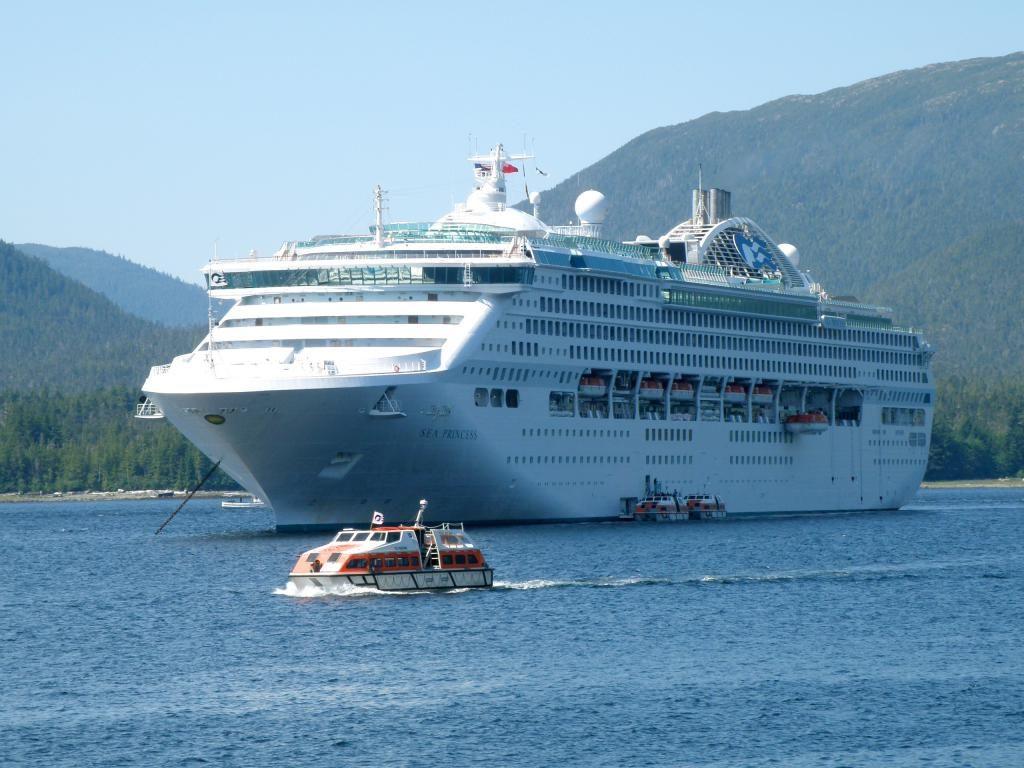 Imagen del crucero Sea Princess que, durante una decena de días, navegó a oscuras por la amenaza de los piratas somalíes