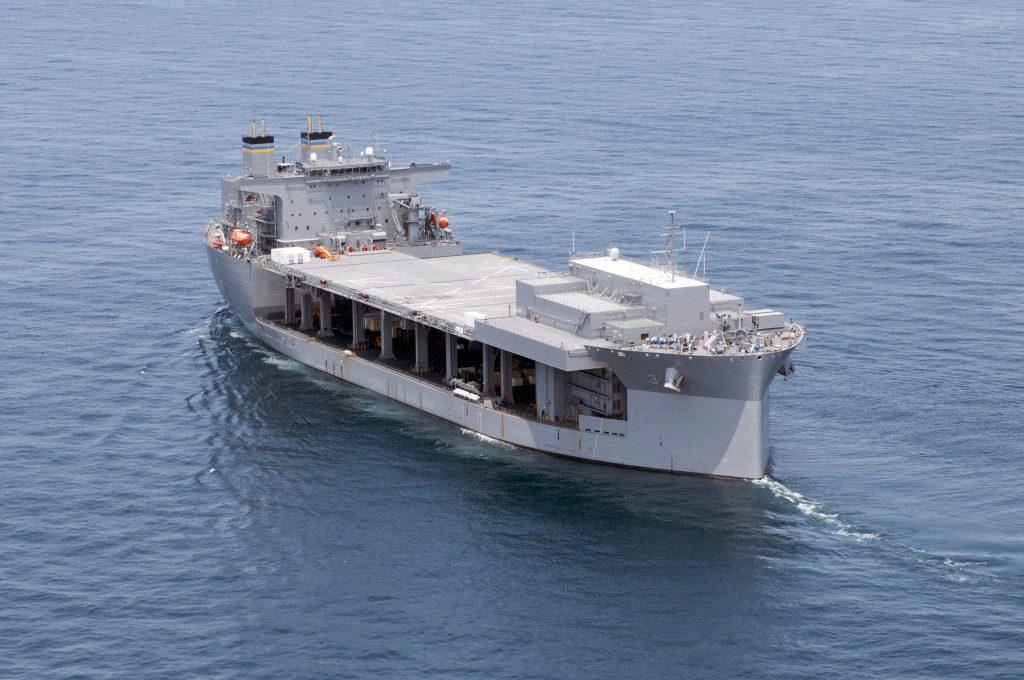 La comisión de nuevos tipos de buques como el USNS Lewis B. Puller (T-ESB 3) es un primer paso para librarse de la dependencia de las bases aeronavales en el extranjero. Foto - US Navy