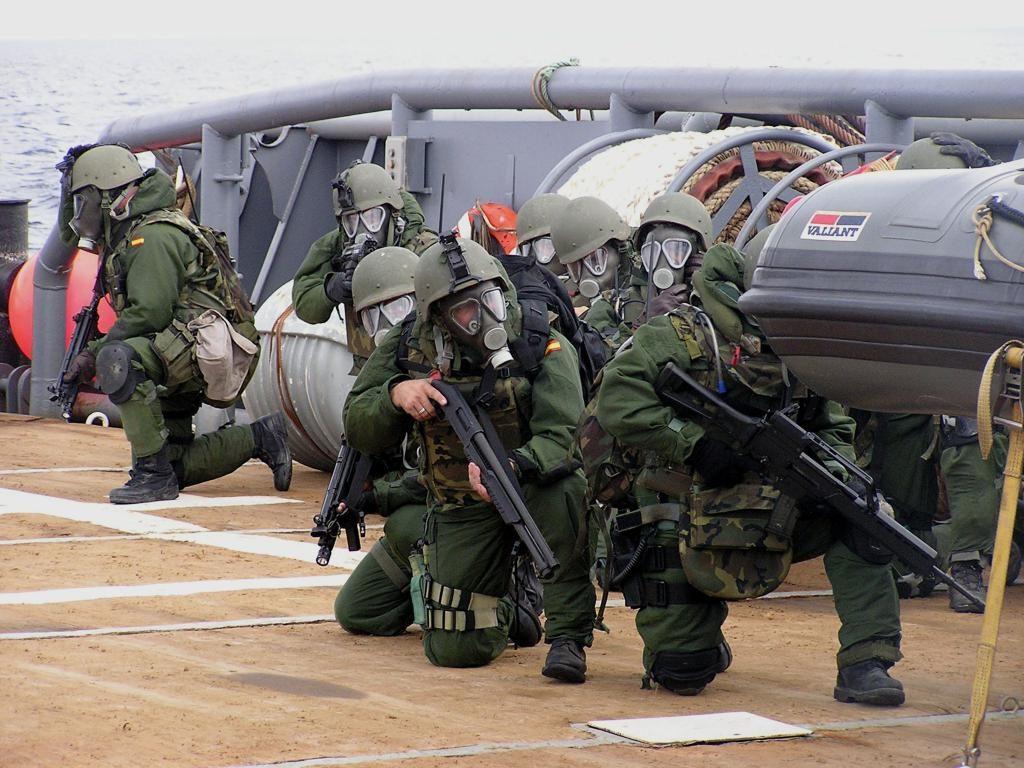 Los infantes de marina aprovechan la cubierta de los buques de la Armada Española como escenario para sus prácticas. Foto - Armada Española