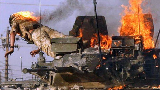 Militar británico tratando de huir de un Warrior alcanzado durante los combates