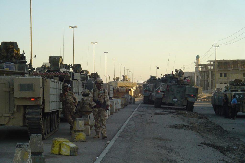 Una columna de blindados británicos hace un alto a la entrada de la ciudad