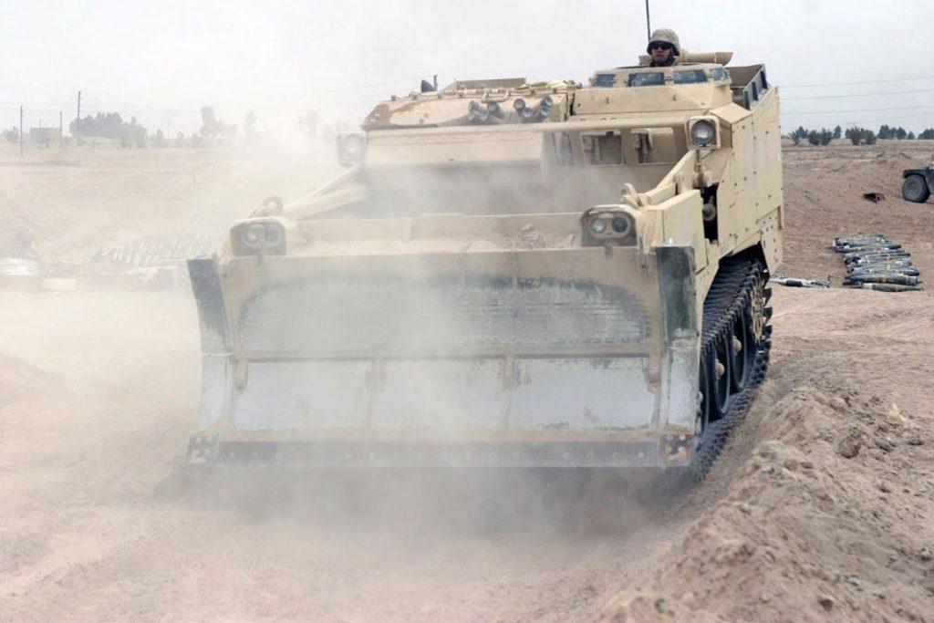 "Bulldozer M9 (Armored Combat Earthmover/ACE) asignado al Grupo de Escuadrones ""Cougar"" para la apertura de brechas"