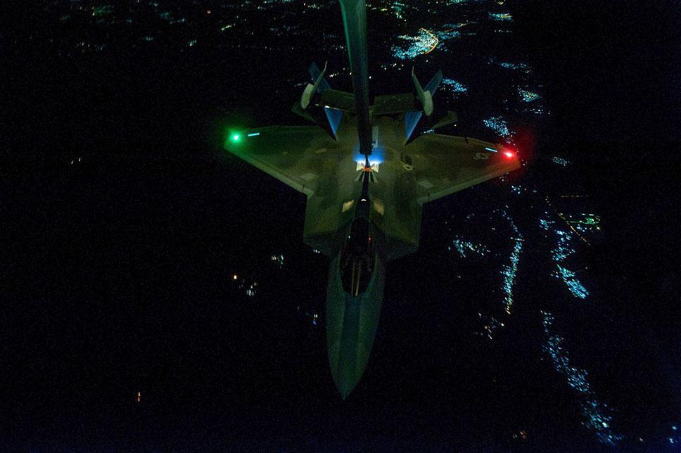 F-22A Raptor repostando durante una misión de ataque en Siria