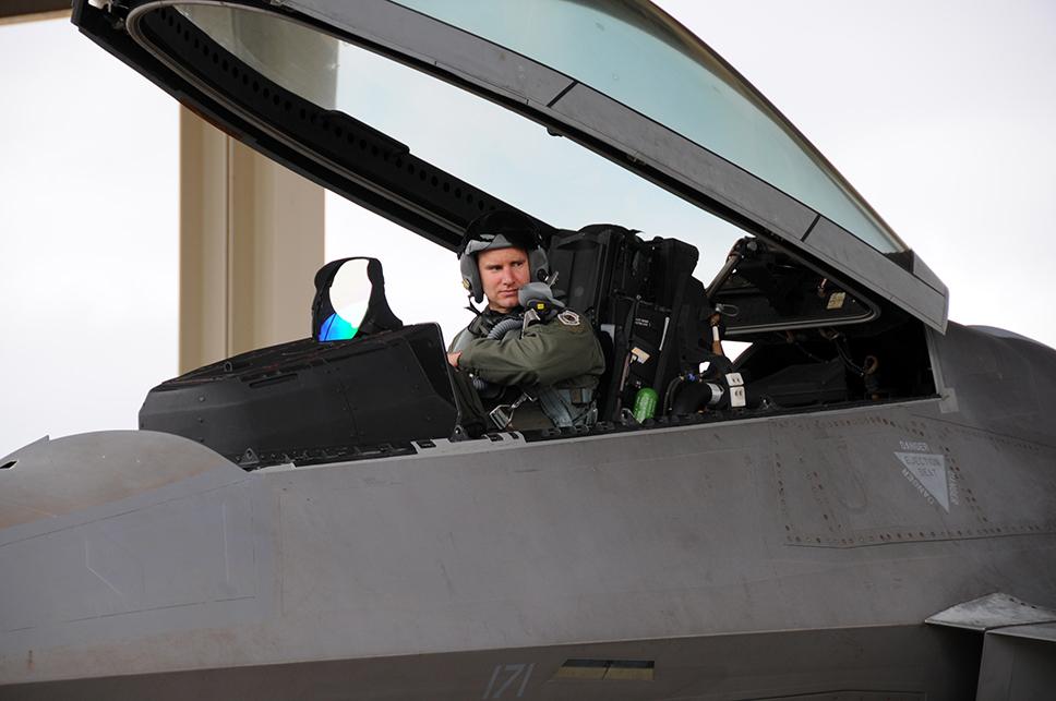 Los pilotos que tienen el honor de ponerse a los mandos de un F-22A Raptor son la flor y nata del personal de la USAF. Muchos de ellos pasan a ser instructores o pilotos de pruebas