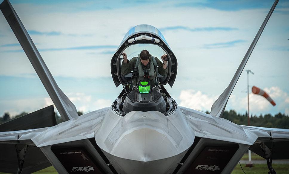A pesar de llevar en servicio dos décadas, el F-22A Raptor continúa luciendo más moderno que la mayor parte de sus competidores, desarrollados mucho más tarde, como el J-20 o cuyo desarrollo está sufriendo tantos retrasos que han perdido buena parte de su sentido inicial