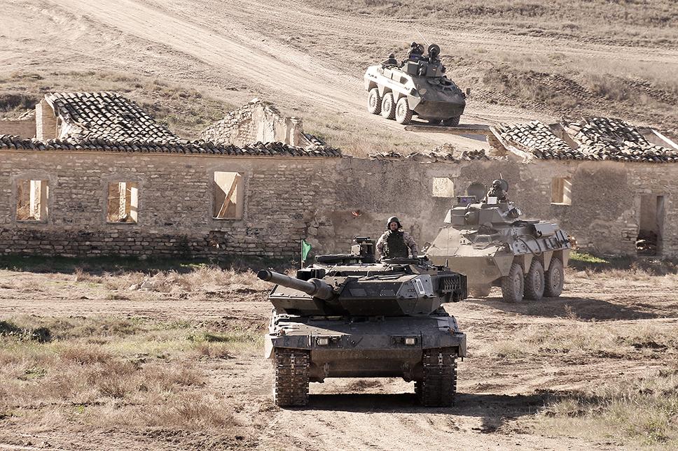 Leopard 2E avanzando delante de dos VEC