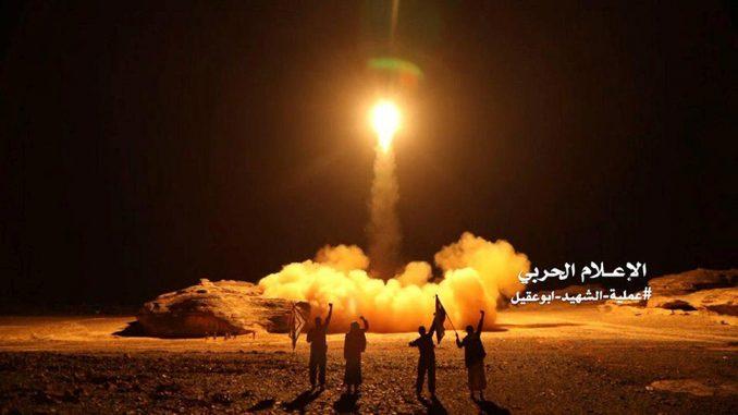Lanzamiento de un misil de largo alcance hutí