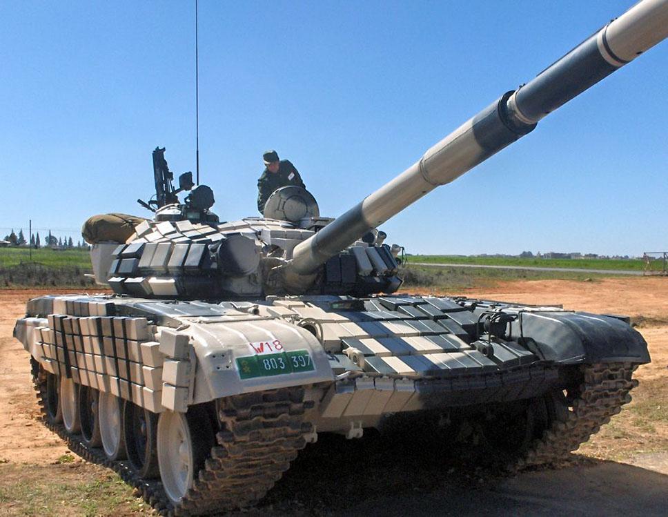 T-72B marroquí. Nótense los ladrillos de blindaje reactivo Kontakt-1 recubriendo todo el vehículo