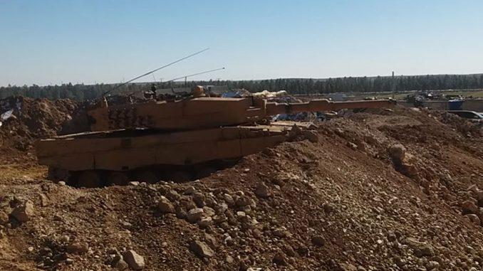 Leopard 2A4TR ocupando una posición fija, algo que ha costado varias bajas a Turquía