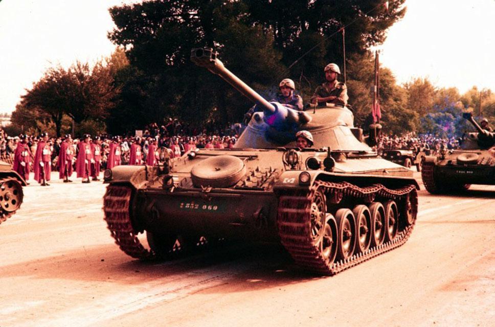 AMX-13/75 Mòdele 51 con un cañón de alta velocidad de 75 mm montado en una torre compacta FL-11