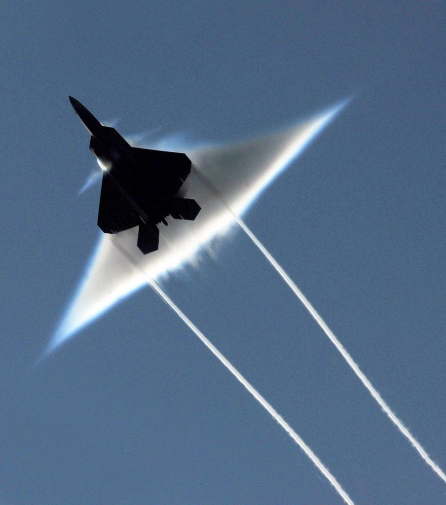 Una de las características que se consideran fundamentales para un cazabombardero de 5ª generación es la capacidad de realizar supercrucero sin post-combustión. En la imagen, un F-22A Raptor rompiendo la barrera del sonido