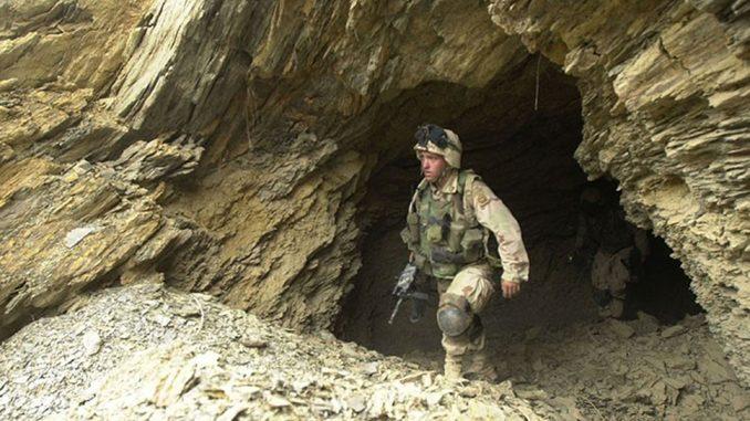 Una de las docenas de cuevas empleadas por los defensores para almacenar suministros y permanecer ocultos a la visión de los medios aéreos occidentales