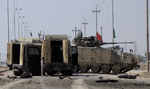 Dos Snatch Land Rover junto a un IFV Warrior