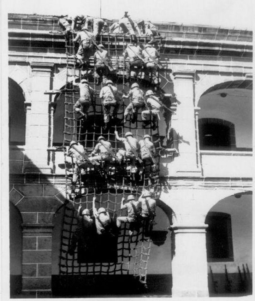 Ejercicio de redes en el Cuartel de Dolores de Ferrol a mediados del siglo XX