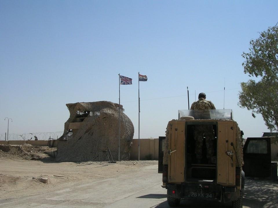 Entrada principal a la base Camp Abu Naji