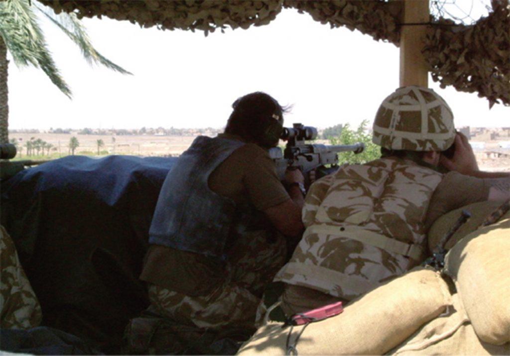 Equipo de francotiradores de los Royal Marines formado por Buzz, a la izquierda y John, a la derecha