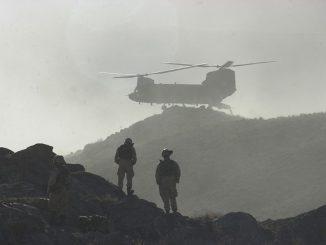 Helicóptero Chinook desembarcando un contingente de soldados durante la Operación Anaconda