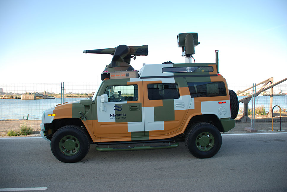 El demostrador delante de las instalaciones de Sistemas FABA en San Fernando, caracterizado por su llamativo camuflaje digital