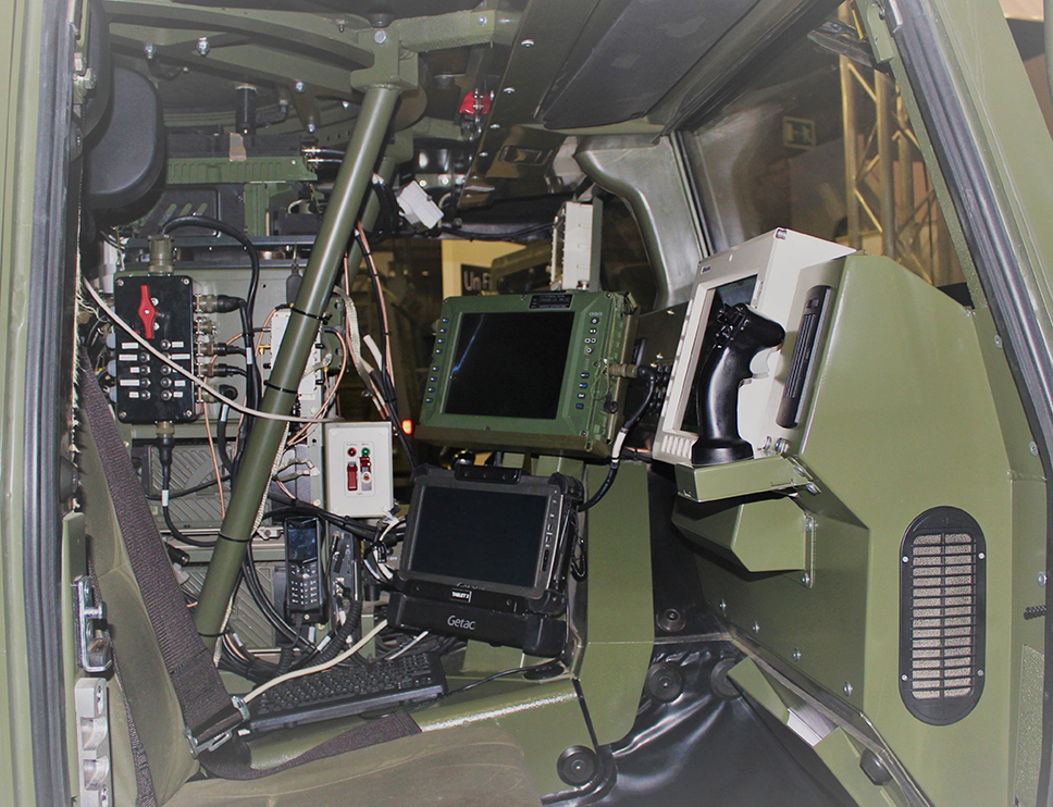 Puesto del Jefe de Vehículo con los controles de la estación de armas a la derecha y del BMS, en el centro. La panoplia de sistemas del VERT necesitará de un completo curso de especialización para el personal encargado de operar los sistemas que se ven en la imagen