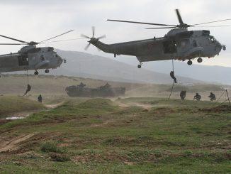 Personal de la Infantería de Marina Española haciendo fast-rope desde helicópteros Sea King de la 5ª Escuadrilla de Aeronaves de la Armada Española. El asalto helitransportado es, cada vez más importante para todo tipo de unidades de infantería