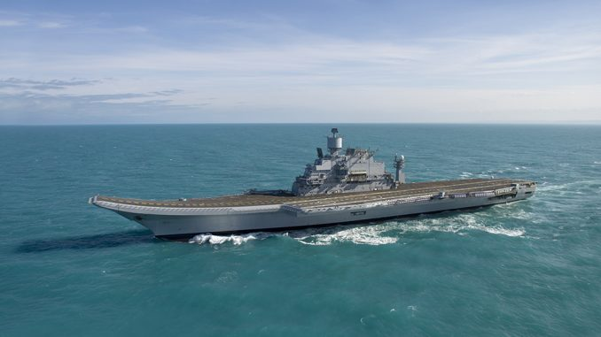 Portaaviones INS Vikramaditya navegando por el Océano Índico durante sus pruebas de mar