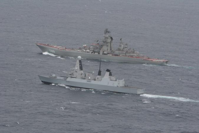"""Crucero del Proyecto 1144.2 """"Kirov"""" de la Armada Rusa junto al HMS Dragon de la Royal Navy"""