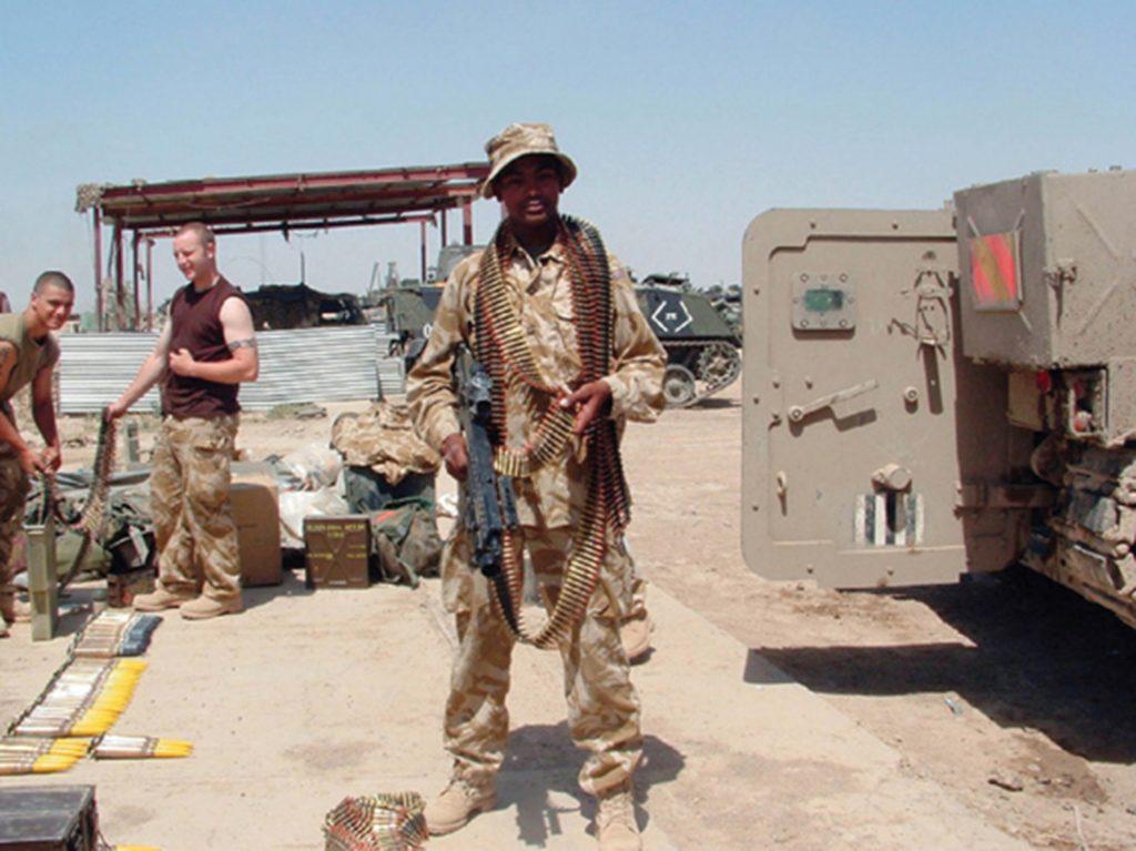 PTE Johnson Beharry posando con arma unos días antes de ser herido críticamente
