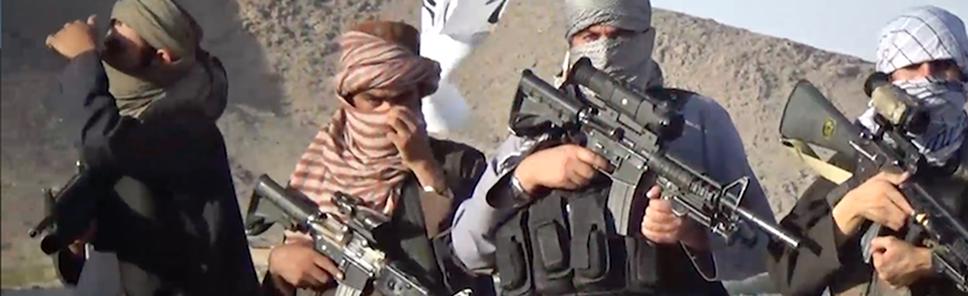Talibanes afganos posando con armas de procedencia norteamericana