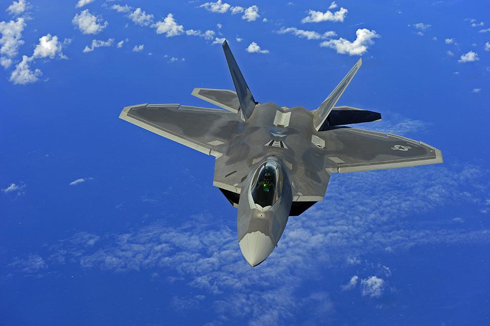 F-22A Raptor volando sobre el Pacífico. Durante años se ha presionado sin éxito para reabrir la línea de producción, a pesar de que el coste resultaría prohibitivo