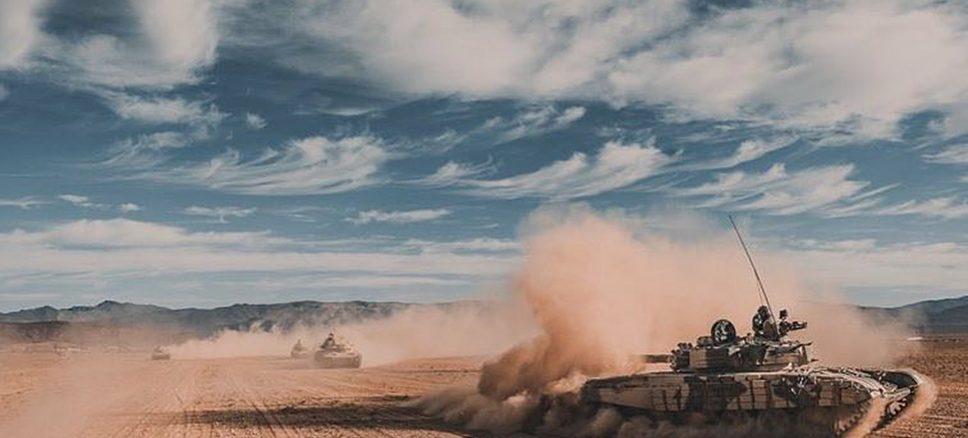 T-72B marroquí maniobrando. Cuando avanzan sobre la arena los T-72 suelen colocar la torre a las seis en punto para evitar que el polvo alcance los visores