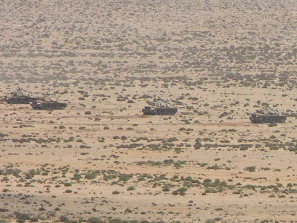 Pelotón de carros de combate M-60 RISE Patton-2 desplegado en línea en pleno Sáhara