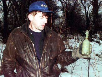 Musulmán bosnio porta una mina saltarina de entre los millares que se utilizaron durante el conflicto en los Balcanes