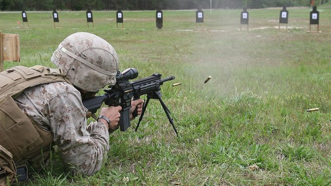 Marine americano disparando un fusil M27