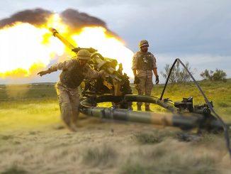 Fotografía tomada durante el primer ejercicio con fuego real del Grupo de Artillería de Campaña nº 93 con el obús Light Gun L118 de 105mm