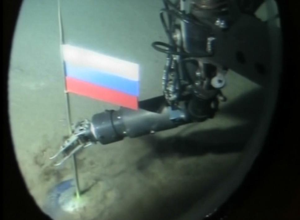 Momento en el que un robot ruso pone la bandera del país en el lecho submarino Ártico