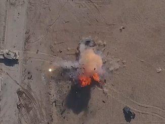 Efectos de una bombeta casera arrojada por un dron del ISIS al impactar sobre un Humvee del ejército iraquí cerca de Mosul