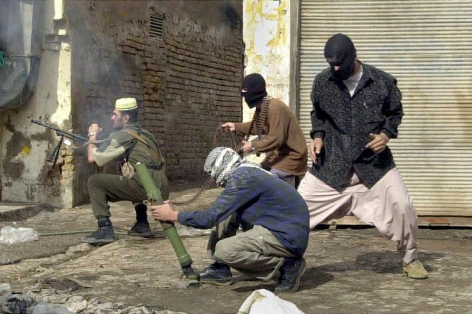 Insurgentes, utilizando armamento del ejercito iraqui durante la Segunda Batalla de Faluyah