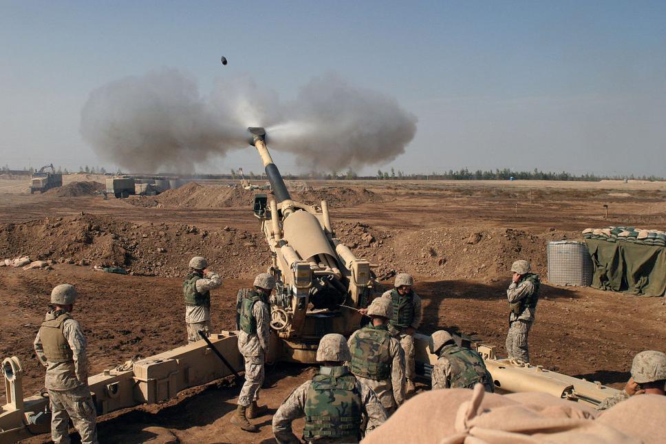 M-198 de los US Marines disparando sobre Faluyah durante la Segunda Batalla de Faluyah en 2004