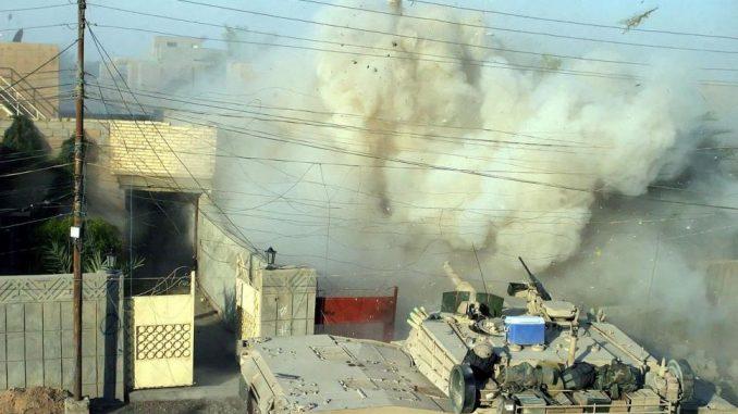 M1A1 Abrams disparando su cañon principal durante la batalla de Faluyah