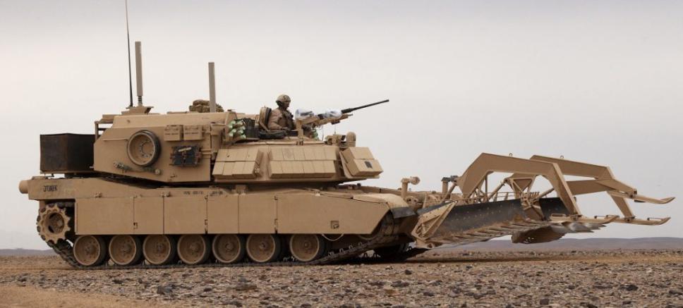M1A1 Abrams modificado para desminado de caminos