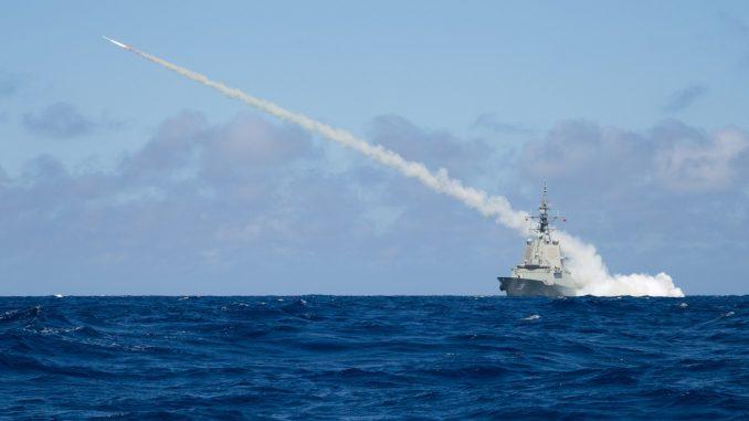 Destructor clase Hobart de la Armada Real Australiana lanzando un misil Harpoon. Fuente - Real Armada Australiana.