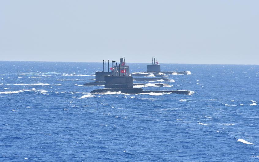 Un barco en el mar  Descripción generada automáticamente