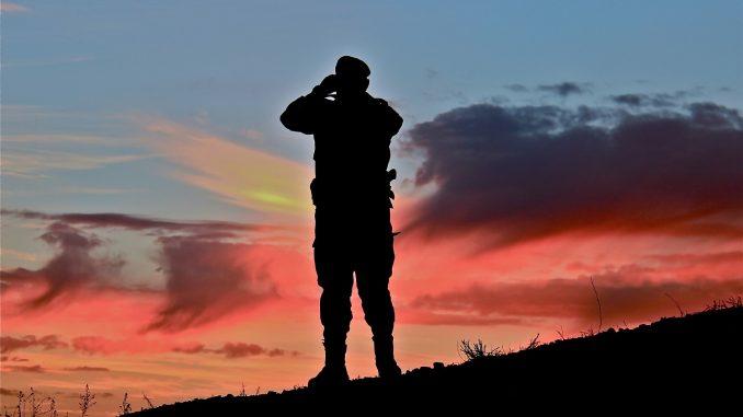 Militar español otea el horizonte. Fuente - Ministerio de Defensa
