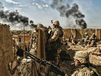 Marines estadounidenses ocupan una posición en un tejado durante la Segunda Batalla por Fallujah (Noviembre 2004)